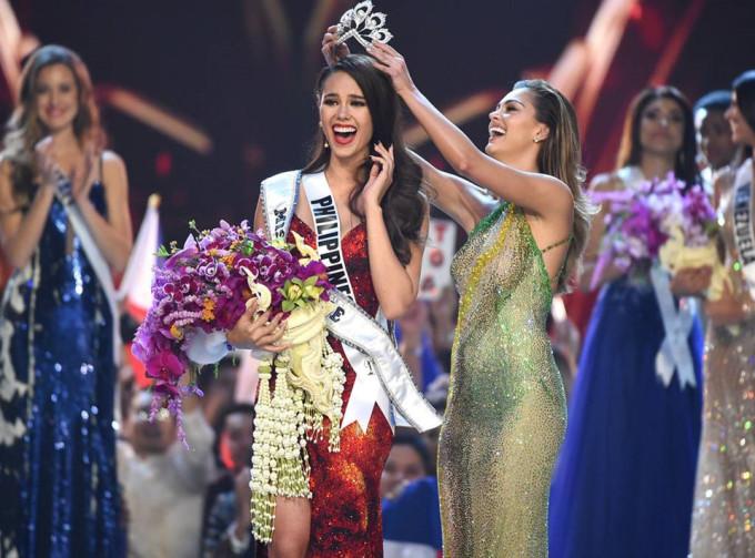 <p> Catriona Elisa Magnayon Gray - người đẹp Philippines đăng quang Miss Universe 2018. Cô cao 1,78 m, là MC, người mẫu, ca sĩ nổi tiếng quê nhà. Cô sinh ra ở Australia năm 1994, chuyển về Manila - quê mẹ - sau khi hoàn thành trung học. Người đẹp 24 tuổi mang ba dòng máu khi có cha là người Australia gốc Scotland, mẹ là người Philippines. Đây là lần thứ tư đại diện đến từ Philippines đăng quang cuộc thi sắc đẹp uy tín như Miss Universe.</p>