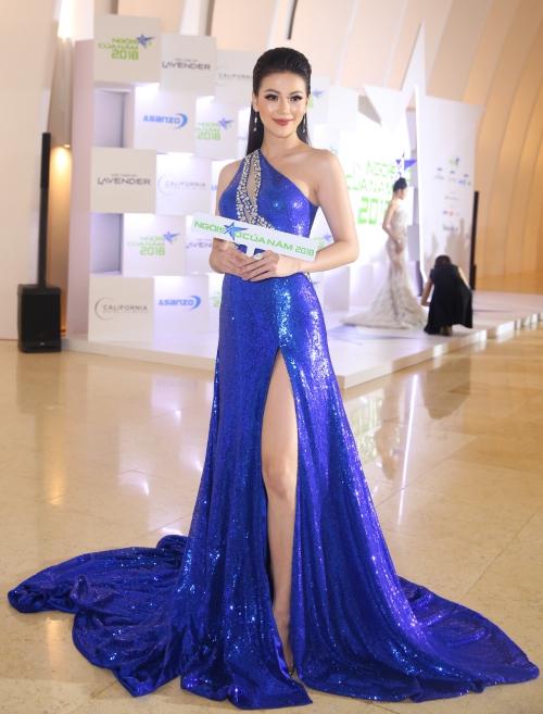 Hoa hậu Trái đất 2018 Phương Khánh diện váy xẻ đùi cao khoe chân thon.