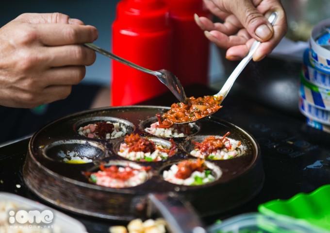 """<p> <strong><a href=""""https://ione.net/photo/nhip-song/thuong-thuc-banh-trang-nuong-chinh-hieu-da-lat-giua-long-ha-noi-3823551.html"""">Trứng cút nướng bò khô</a></strong></p> <p class=""""Normal""""> Có nguồn gốc từ Sài Gòn, những năm gần đây trứng cút nướng bò khô đã trở thành món ăn vặt quen thuộc của giới trẻ Hà thành. Trứng cút lộn bò khô phải ăn lúc còn nóng sốt, thêm một chút tương ót hòa quyện với vị ngậy của trứng,sốt mayonnaise và vị ngọt ngọt cay cay của bò khô.</p>"""