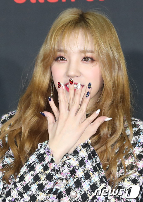 Visual của Yuqi được nâng lên tầm mới khi nhuộm tóc vàng. Nữ ca sĩ được khen đẹp như búp bê.