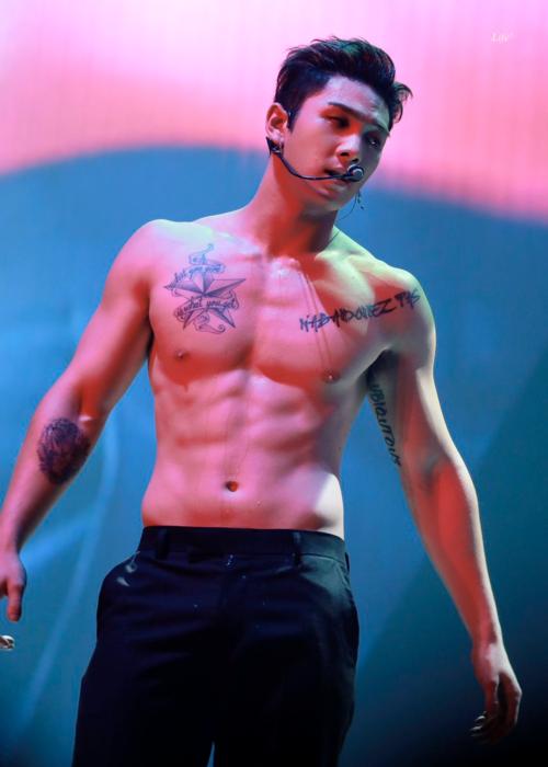 Body của Baek Ho trở thành chủ đề viral tại mạng xã hội Hàn Quốc.