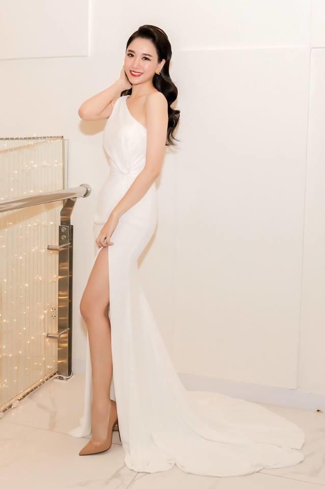 <p> Vốn có chiều cao khá chuẩn mực, thân hình thanh mảnh hơn giúp Hari Won mặc đồ đẹp chẳng thua các người mẫu, hoa hậu.</p>
