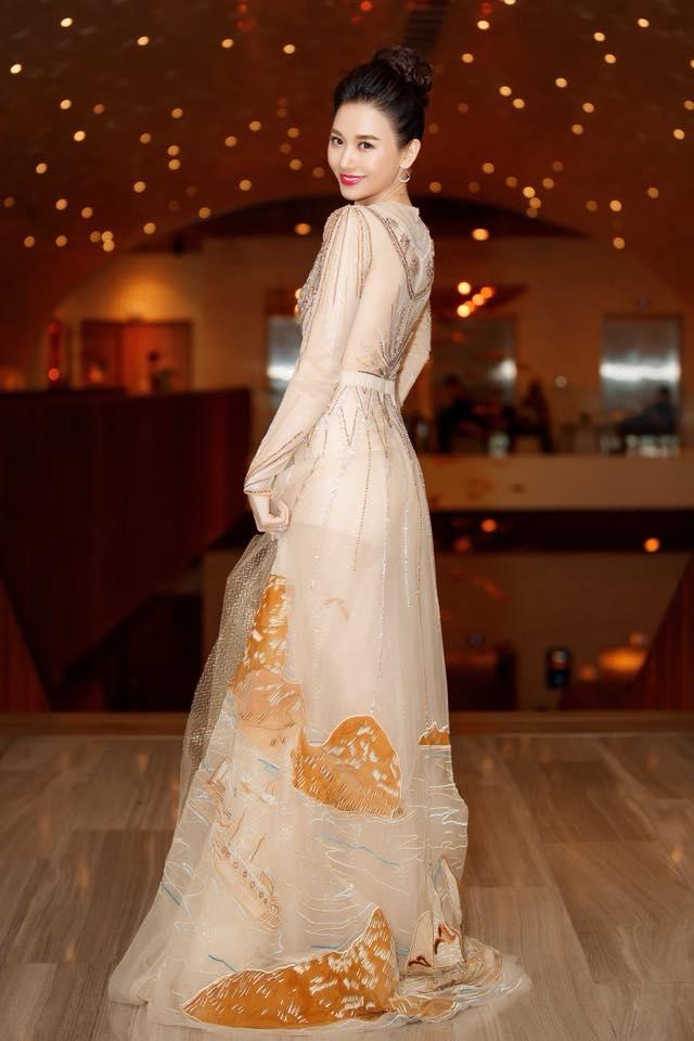 <p> Thời trang đi dự tiệc của người đẹp được đánh giá cao vì sự sang trọng, hợp mốt.</p>