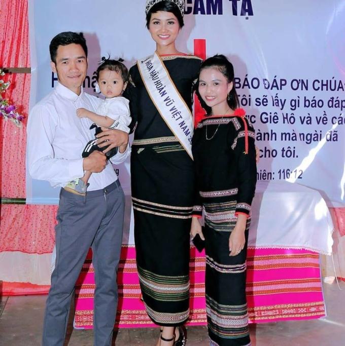 <p> H'Hen Niê - Top 5 Miss Universe - là con gái thứ ba của ôngY'Krin Êban và bà H'Ngơn Niê, trong gia đình có sáu anh chị em: 3 trai và 3 gái. Em gái côlà H'Min Niê (ngoài cùng bên phải), sinh năm 1995, là con thứ tư trong gia đình, hiện đã lập gia đình và có con gái 2 tuổi.</p>
