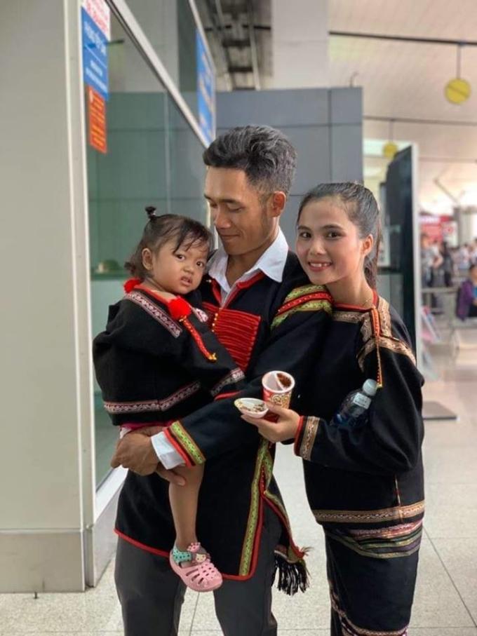 <p> H'Min Niê tốt nghiệp trường Trung cấp Sư phạm Mầm non của tỉnh Đắk Lắk. Cô kết hôn từ năm 2015 và hiện sinh sống tại thôn Sút Đ'Mưng, xã Cư Suê, huyện Cư M'gar, tỉnh Đắk Lắk cùng gia đình. Chiều 19/12, cô cùng chồng và con gái có mặt tại sân bay Tân Sơn Nhất để chào đón chị gái trở về từ cuộc thi Miss Universe.</p>