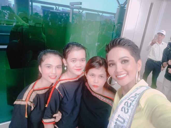 <p> Chia sẻ với <em>iOne</em>, H'Min Niê cho biết, kể từ sau khi đăng quang Hoa hậu Hoàn vũ Việt Nam 2017, chị gái cô vẫn giữ lối sống giản dị, thân thiện. Mỗi khi từ Sài Gòn trở về nhà, chị cô vẫn mặc trang phục truyền thống của người Êđê, giúp bố mẹ những công việc vặt trong gia đình như dọn dẹp, rửa bát, nấu cơm.</p>