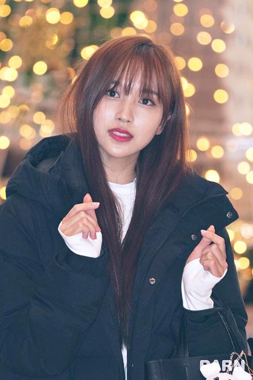 Kiểu áo phao dáng dài rất được ưa chuộng ở Hàn vì đủ ấm áp, Mina không cần mặc quá dày ở trong và vẫn giữ ấm được tới chân.