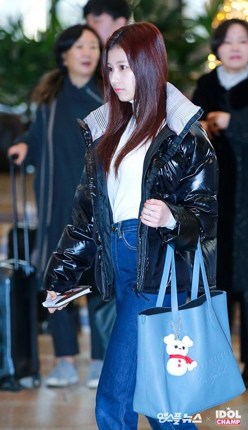 Cô nàng Sana không mặc đồng phục giống nhóm. Nữ ca sĩ đón chào mùa lễ hội với túi xách in hình người tuyết.