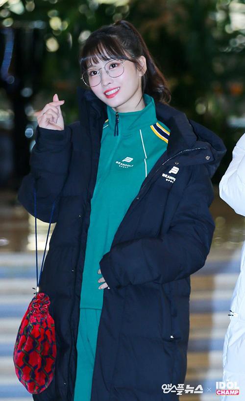 Vừa hoàn tất sự kiện MAMA, Twice tiếp tục lên đường sang Nhật để dự Music Station. Momo khoe vẻ năng động trong bộ trang phục thể thao, áo phao dáng dài giữ ấm.