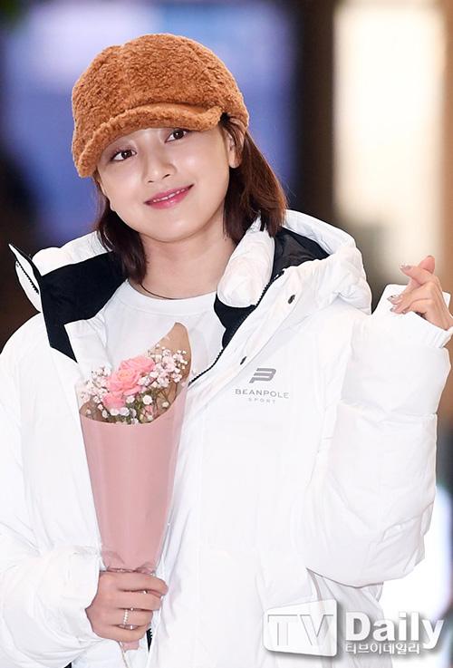 Những kiểu mũ bằng chất liệu bông dày dặn được nhiều idol Hàn ưa chuộng trong mùa đồng 2018. Ji Hyo nhận hoa do người hâm mộ tặng ở sân bay.