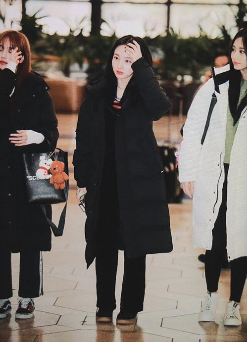 Na Yeon chuộng kiểu quần thể thao năng động khi ra sân bay. Các cô gái Twice hiếm khi chọn đồ quá sang chanh hay cầu kỳ mà thích phong cách năng động.