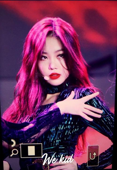 Mỗi khi lên sân khấu, Soo Jin luôn trang điểm đậm, nhấn vào đôi môi. Nhiều người dễ cảm thấy lo lắng khi thấy hình ảnh lạnh lùng, sắc sảo của nữ idol.
