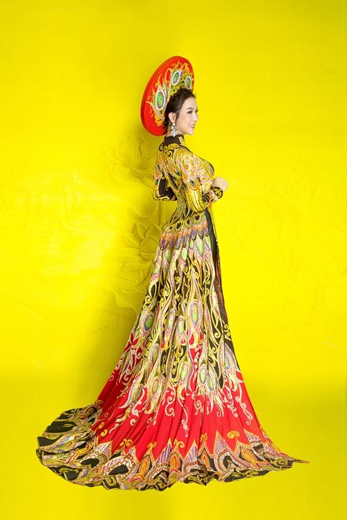 Trong đêm chung kết, Kha My diện áo dài thiết kế hoạ tiết chim công của nhà thiết kế Minh Châu.
