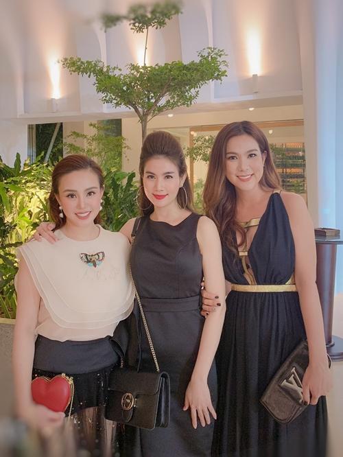 Gần đây, xuất hiện cạnh Kha Ly tại một số sự kiện của showbiz là em gái của nữ diễn viên Cổng mặt trời. Cô tên Kha My, sinh năm 1988, doanh nhân trẻ trong lĩnh vực nha khoa.