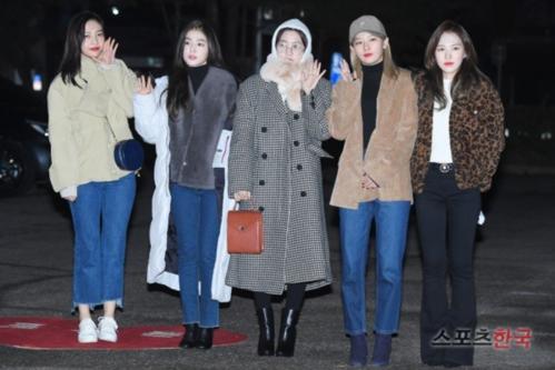 Red Velvet có mặt tại trường quay từ rất sớm. Các thành viên ăn mặc ấm áp giữa thời tiết lạnh giá tại Hàn.