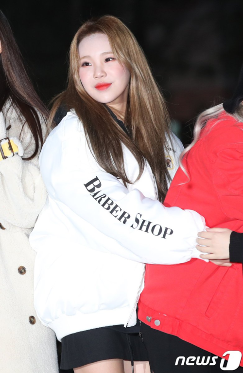 Trong khi các thành viên Momoland đều diện ấm áp thì JooE mặc áo khoác bomber cùng váy ngắn.