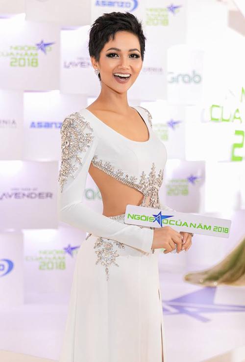 Trở về từ Miss Universe với danh hiệu Top 5 chung cuộc, Hoa hậu HHen Niê tất bật với các hoạt động. Tham dự lễ trao giải Ngôi sao của năm do báo Ngoisao.net tổ chức, người đẹp diện bộ váy trắng đính đá, khoét eo của NTK Linh San. Trang phục mang đến cho cô sự quyến rũ khi nhận giải Ngôi sao vì cộng đồng.