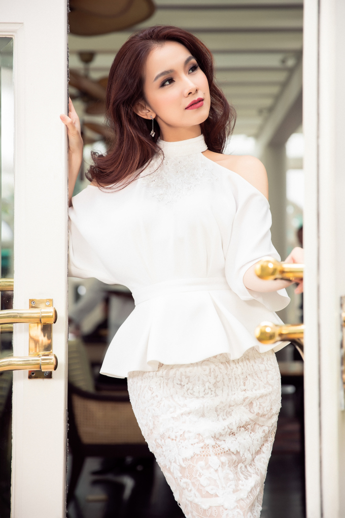 <p> Hoa hậu Hoàn vũ Việt Nam 2008 lựa chọn kiểu tóc uốn gợn nữ tính, trang điểm sắc sảo.</p>