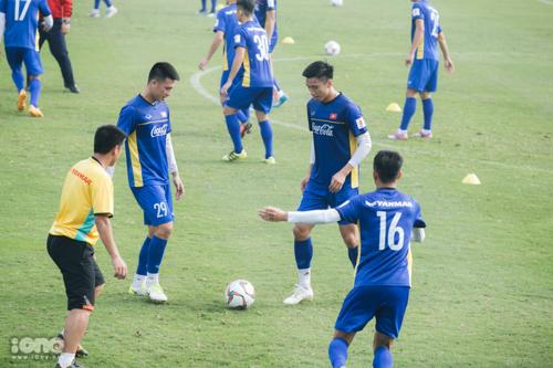 Trước khi vào tập luyện, HLV Park Hang Seo cho các cầu thủ chơi bóng ma.