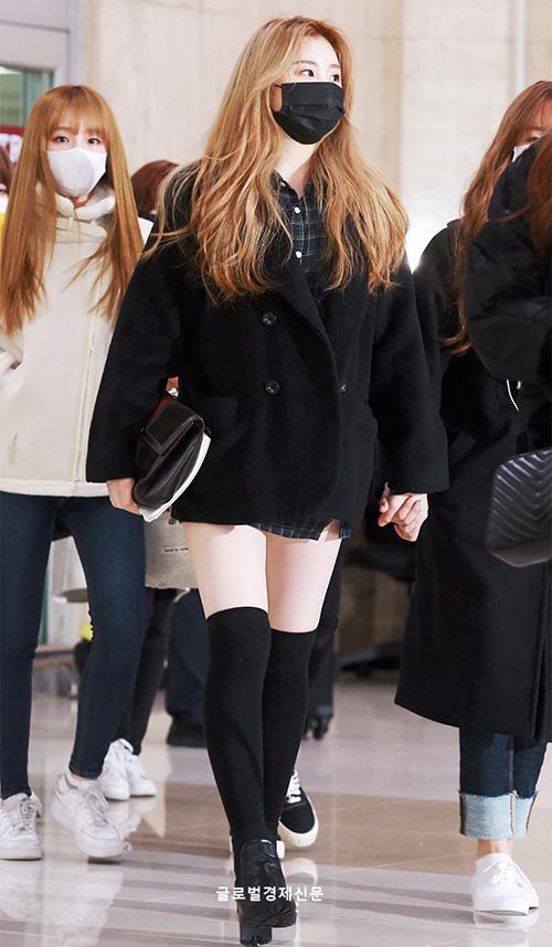 Bất chất thời tiết lạnh giá, Chae Yeon vẫn khoe đùi với váy ngắn.