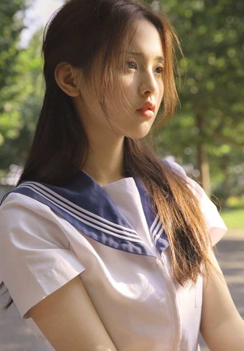 Dương Siêu Việt sinh ra trong một gia đình làm nông ở Đại Phong, thành phố Diêm Thành, tỉnh Giang Tô. Cô nàng kể bản thân chỉ học hết cấp hai là bắt đầu tìm việc, từng phải đi làm công nhân may, nhân viên phục vụ để kiếm sống.