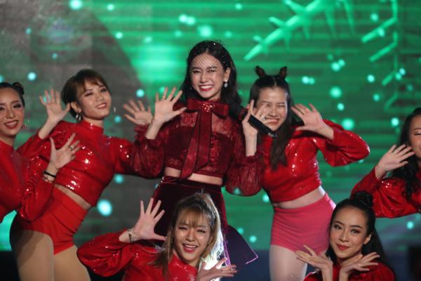 Hari Won (giữa, hàng sau) tham gia biểu diễn trong chương trình.