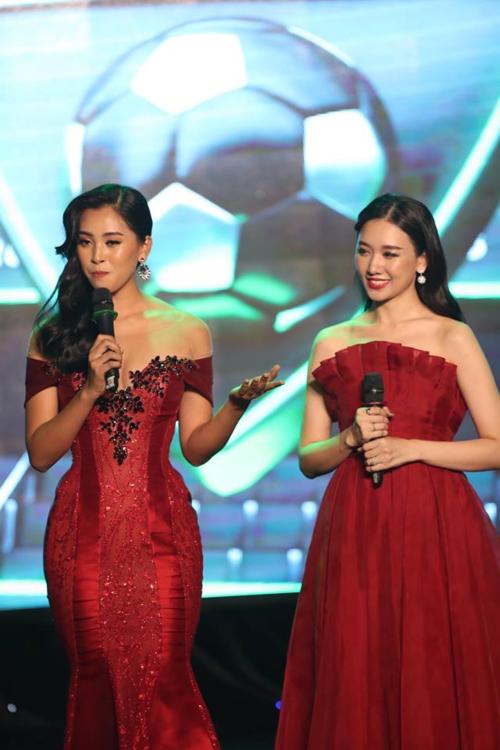 Hoa hậu Tiểu Vy và Hari Won trên sân khấu lễ trao giải.