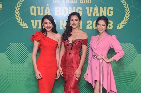 Bên cạnh các cầu thủ, danh thủ, đêm Gala trao giải còn có sự góp mặt của những đóa hồng tư các cuộc thi Hoa hậu Việt Nam như Hoa hậu Trần Tiểu Vy (giữa), top 5 Nguyễn Thúc Thuỳ Tiên (trái) và Á hậu Nguyễn Thị Thuý An.