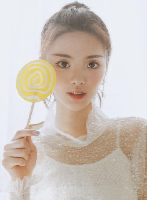 Năm 2017, Dương Siêu Việt bước chân vào làng giải trí với tư cách thành viên nhóm nữ CH2. Tuy không có hoạt động gì đáng chú ý cùng nhóm, gương mặt xinh xắn giúp Dương Siêu Việt nhận được nhiều hợp đồng quảng cáo game online.