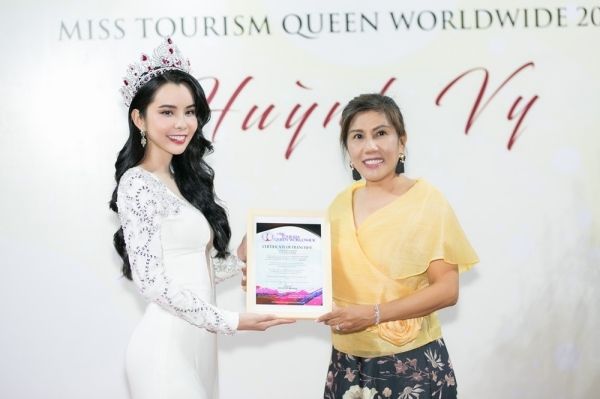 Huỳnh Vy được trao bằng và nhận vai trò mới sau khi đăng quangMiss Tourism Queen Worldwide 2018.