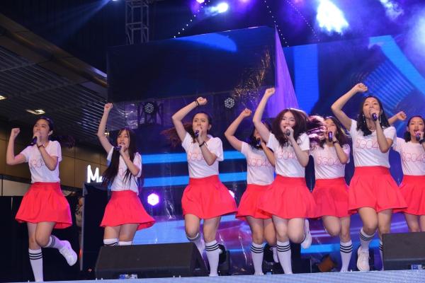 Các cô gái cùng nhau tập luyện cho sân khấu debut quan trọng này