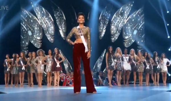 HHen Niê là thí sinh duy nhất mặc quần giữa dàn người đẹp diện váy ngắn.