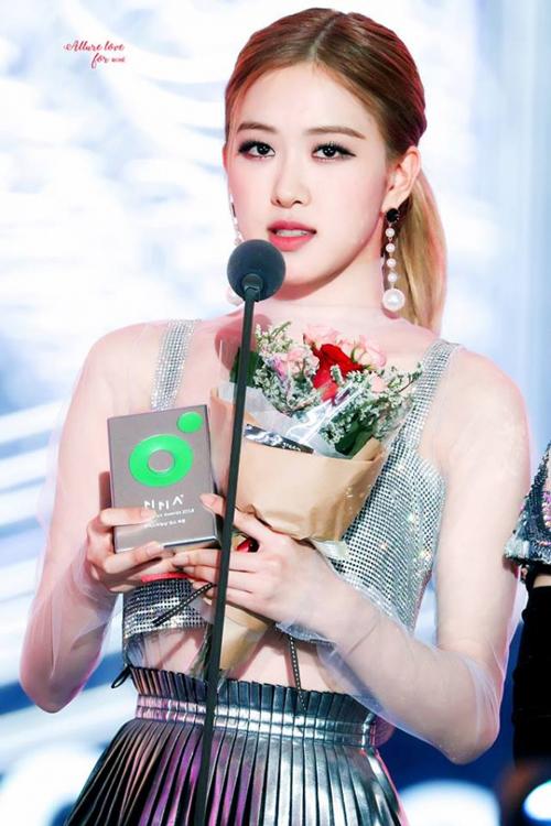 5 sự cố trang phục khó đỡ nhất của idol Hàn năm 2018 - 3