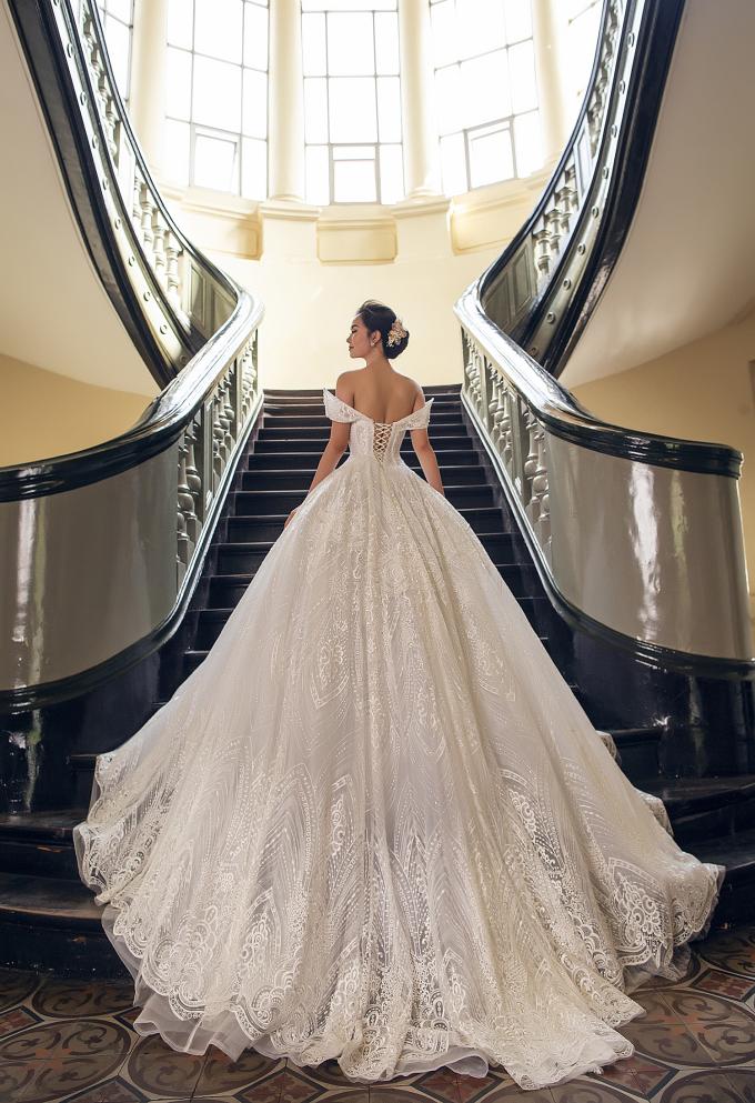 <p> Nữ ca sĩ xinh đẹp trong bộ váy cô dâu, nở nụ cười hạnh phúc.</p>