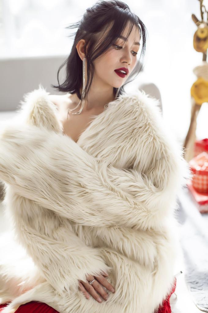 <p> Nếu yêu thích vẻ gợi cảm, hiện đại, bạn có thể học cách phối trang phục của Sĩ Thanh để trở nên lộng lẫy trong những buổi tiệc cuối năm.</p>