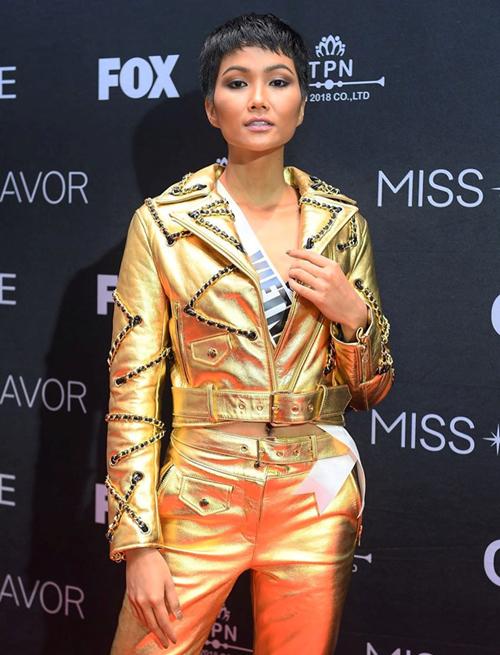 Một cây đồ ánh kim khác cũng nằm trong bộ sưu tập H&M hợp tác với Moschino từng được HHen Niê diện khi tham gia Miss Universe. Trang phục này đụng độ với Võ Hoàng Yến, Hà Hồ...