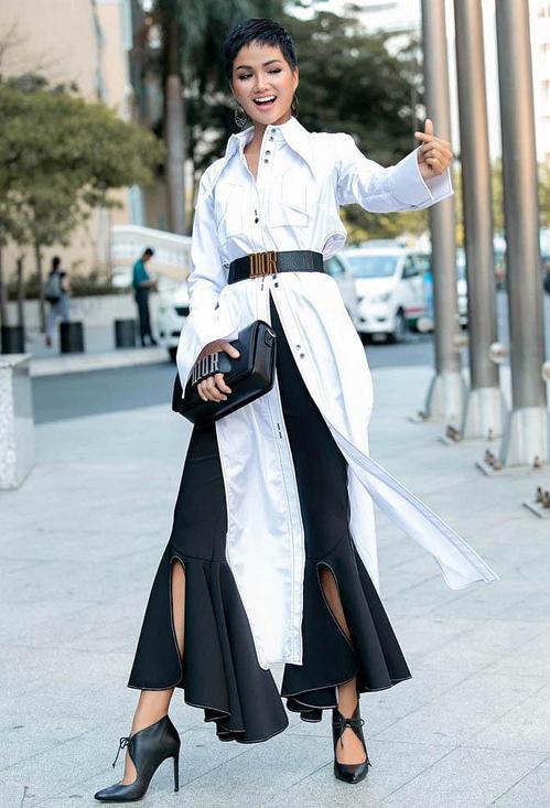 Cô cũng từng khoe một chiếc thắt lưng cùng thương hiệu, phối với túi xách rất tông xuyệt tông.