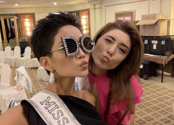 Ở ngày đầu tiên dự Miss Universe, HHen Niê chơi trội với cặp mắt kính có kiểu dáng độc đáo của Dolce & Gabbana. HHen Niê cho biết item được stylist mượn cho, cô hoàn toàn không biết giá trị của nó đắt đỏ thế nào.