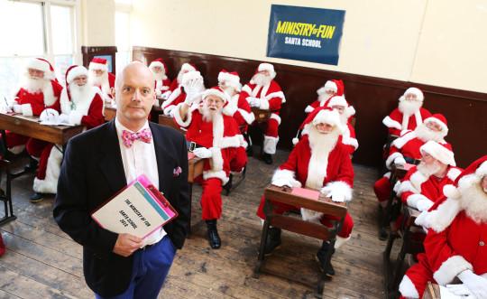 Thầy hiệu trưởng James Lovell tại lớp học đào tạo ông già Noel.