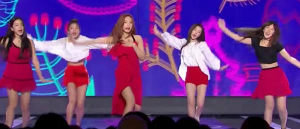 Joy (giữa) phải vừa một tay giữ váy, một tay thực hiện các động tác vũ đạo.