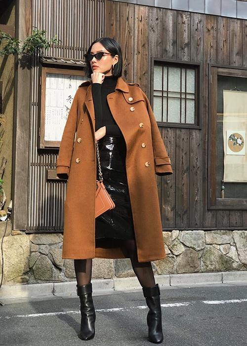 Chiếc trench coat dạ mang đến vẻ thanh lịch cho Khánh Linh khi đi du lịch Tokyo.