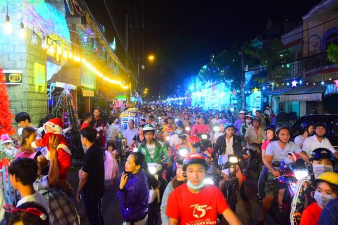 <p> Đường phố quanh khu vực này từ 19h tối đã đặc kín người. Đến khoảng 20h thì chen chúc vì xảy ra tình trạng kẹt xe.</p>