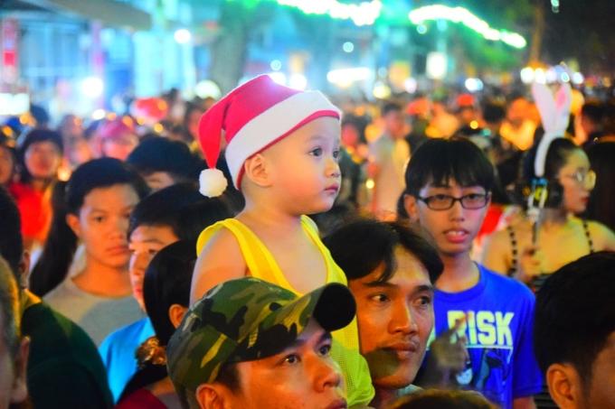 <p> Nhiều gia đình dẫn theo con nhỏ với trang phục Giáng sinh xuống đường.</p>