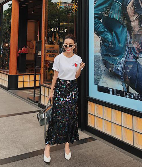 Yến Trang tung tăng xuống phố đón Noel với chiếc chân váy đính kim sa đúng tính chất mùa lễ hội.