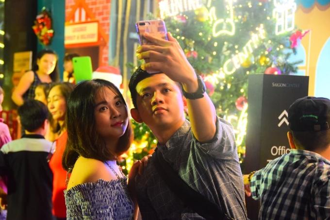 <p> Nhiều cặp đôi cũng kéo nhau xuống phố ghi lại khoảnh khắc đẹp mùa Giáng sinh.</p>