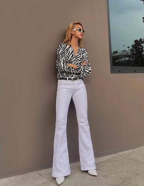 Quần ống loe là một lựa chọn cực tinh tế của Quỳnh Anh Shyn giúp kéo chân dài miên man. Trang phục của cô nàng mang tinh thần cá tính, cool ngầu đậm chất Tây.