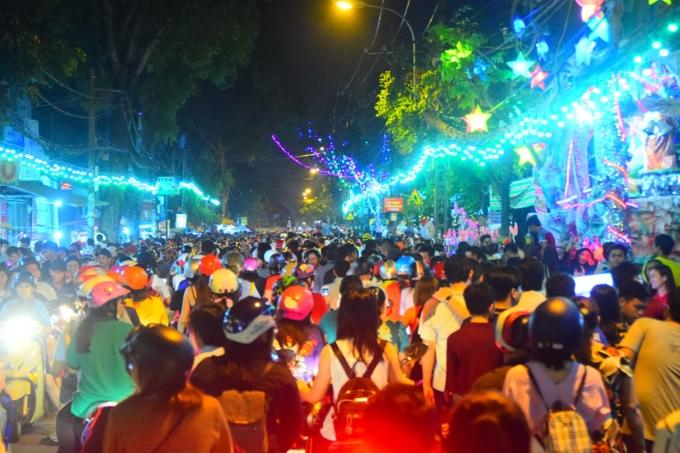 <p> Một số tuyến đường thuộc khu vực trung tâm thành phố như Huỳnh Thúc Kháng, Pasteur... cũng gặp tình trạng xe cộ đông, di chuyển chậm.</p>