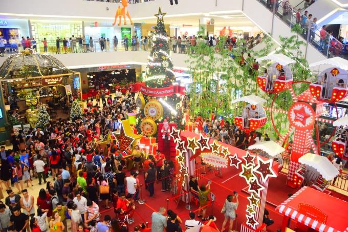 <p> Bên trong trung tâm thương mại Sài Gòn Centre quận 1 cũng hút một lượng khách lớn.</p>