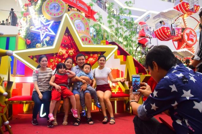 <p> Các gia đình tranh thủ chụp ảnh kỷ niệm.</p>