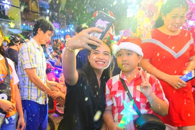 Nhiều tuyến đường Sài Gòn đặc người trong đêm Giáng sinh